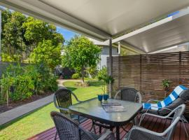 Noosa Entrance 2 bedroom Garden Side Townhouse., hotel in Noosaville