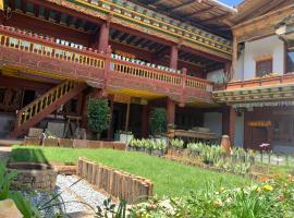 Shangri-La Xiangye Look at the clouds Hotel, hotel in Shangri-La