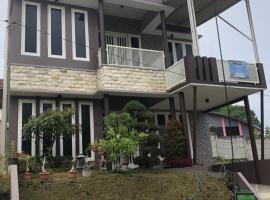 Villa Kusuma Hill A8, hotel with pools in Batu