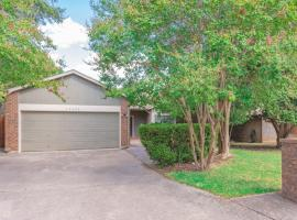Beautiful House in an upscale neighborhood with POOL, Private Patio & BBQ, vacation home in San Antonio