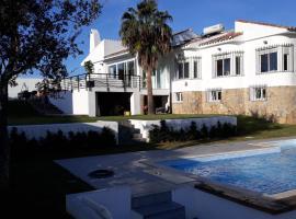 Torreguadiaro Villa - 2 mins walk from the bars and restaurants, hotel en San Roque