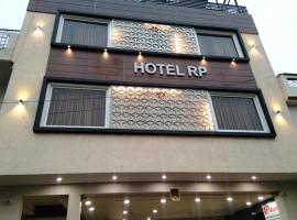 Hotel R P, отель в Агре