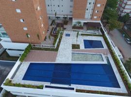 Apartamento Guaruja Enseada Mobiliado Varanda gourmet e lazer completo, hotel with jacuzzis in Guarujá