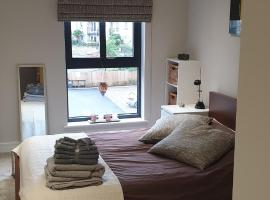 1 double bed room, North Leeds, hotel near Leeds Bradford International Airport - LBA,