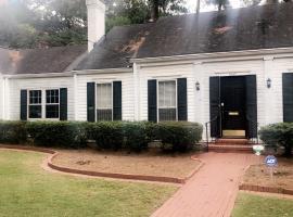 luxurious Buckhead 4 Bedroom House, cottage in Atlanta