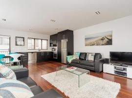 QV Modern 3 Level Sunny Townhouse (640), budget hotel in Auckland