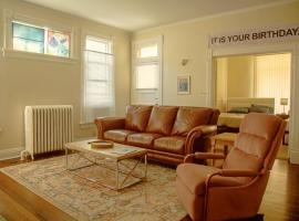 'The Office' Show Themed ~ Upscale Area ~ Center of Omaha ~ Gorgeous Hardwood Floors!, vacation rental in Omaha