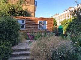Camden Town Garden Cabin, bed and breakfast en Londres