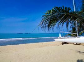 Front Samet Beach house with swimming pool, villa in Rayong