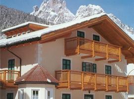 Villa San Carlo, hotel near QC Terme Dolomiti, Pozza di Fassa