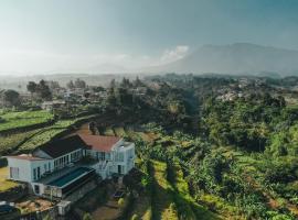 VILLA AKIRA, Mountain View Getaway, villa in Bogor