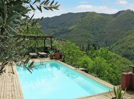 Stone house with exclusive garden and pool and private parking, hotel in Bagni di Lucca