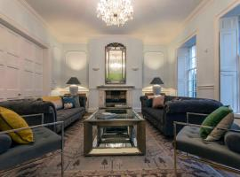 Stunning central town house with private parking, pet-friendly hotel in Bath