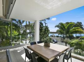 Stunning Riverfront Apartment in Noosaville - Unit 2 Wai Cocos 215 Gympie Terrace, hotel in Noosaville