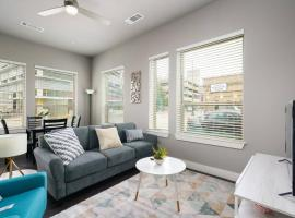 1 BR and 2 BR near Downtown by Frontdesk, vacation rental in San Antonio