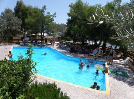 Hotel Petit Village, hotel in Eretria