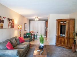 Long Term Stay Apartment- Pretty, Great Location, Affordable, hotel in Visalia