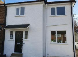 Modern Rochester 3 Bed House with Private Parking, hotel in Rochester