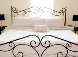Lux King Bed Estate W/ GameRoom 10 Min Frm Downtwn, villa in Atlanta