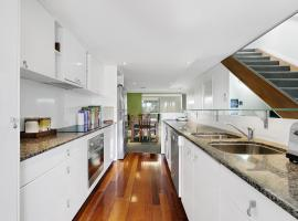 Modern Brisbane City Penthouse, pet-friendly hotel in Brisbane