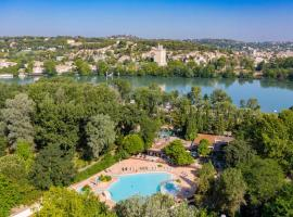 Camping du Pont d'Avignon, hotel with pools in Avignon
