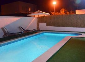 Chalet familiar con piscina privada, cabin in Cala Blanca