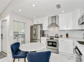 Stylish 2BR Luxury Retreat on Pensacola Beach, apartment in Pensacola Beach