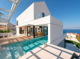 Sutivan Villa Sleeps 10 with Pool Air Con and WiFi, hotel v destinaci Sutivan