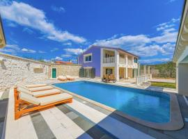 Vranjic Villa Sleeps 8 with Pool Air Con and WiFi, villa in Split