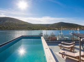 Vinisce Villa Sleeps 10 with Pool Air Con and WiFi, hotel in Vinišće
