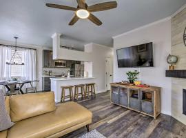 Luxe Resort Living in Papago Park with Spa and Pool!, villa in Phoenix
