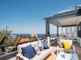 Ocean Views on Coogee Beach, íbúð í Sydney