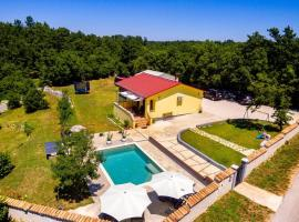 Sunny yellow house with a pool, hotel in Štokovci