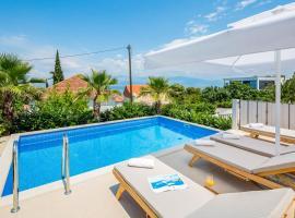 Sutivan Villa Sleeps 7 with Pool Air Con and WiFi, hotel v destinaci Sutivan