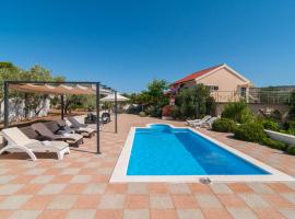Milna Villa Sleeps 11 with Pool Air Con and WiFi, hotel in Milna