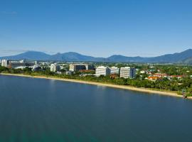 Holiday Inn Cairns Harbourside, hotel in Cairns
