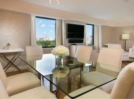 Luxurious Central Park South Two Bedroom Apartment by Lauren Berger Collection, holiday home in New York