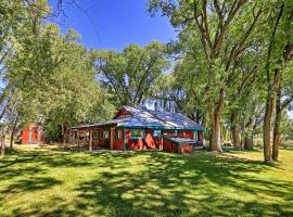 Quiet Durango Farmhouse with Beautiful Yard and Gazebo, holiday home in Durango