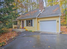 Extra-Clean Cozy Cottage near Harbor Springs!, hotel in Harbor Springs
