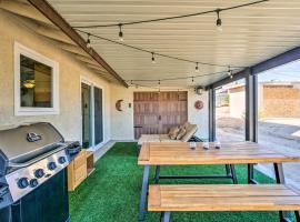 Rustic Home w/ Grill+Views - 4 Mi. to Joshua Tree!, hotel in Joshua Tree