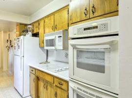 Cozy Grants Pass Home - Walk to Rogue River!, hotel in Grants Pass