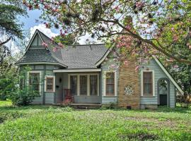 Adorable Seguin Home with Porch, 1 Mi to Downtown!, hotel in Seguin