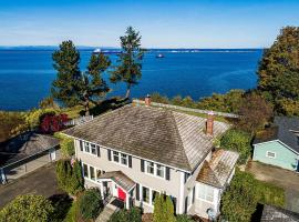 Port Angeles Colonial Home with Waterfront Views!, hotel in Port Angeles