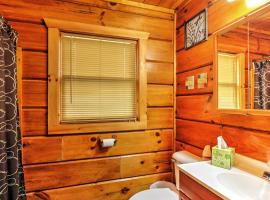 Studio Log Cabin in Sevierville with Private Hot Tub!, apartment in Sevierville