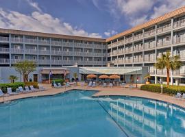 Condo with Pools, BBQs, Sauna, Etc - Walk to Beach!, villa in Hilton Head Island