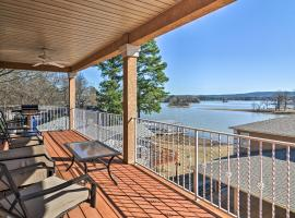 Hot Springs Condo on Lake Hamilton with Balcony and Views, apartment in Hot Springs