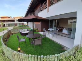 Residencial Ykutiba - Praia de Imbassaí, linda casa térrea de 2 quartos, 80 m2, nascente, com jardim privativo e 2 vagas de garagem cobertas, hotel in Imbassai