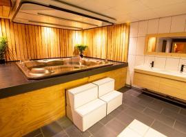 Luxus Villa mit Jacuzzi & Sauna, villa in Tzummarum