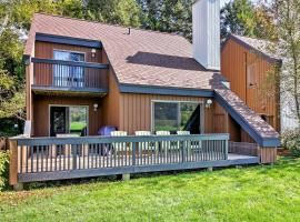 Stowe Townhome with Deck, Mtn Views and Resort Perks!, hotel in Stowe