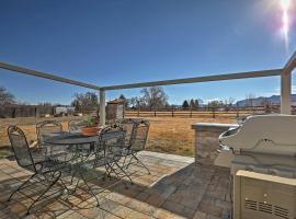 Escalante Home with Yard, Porch and Mtn Views!, hotel v destinaci Escalante